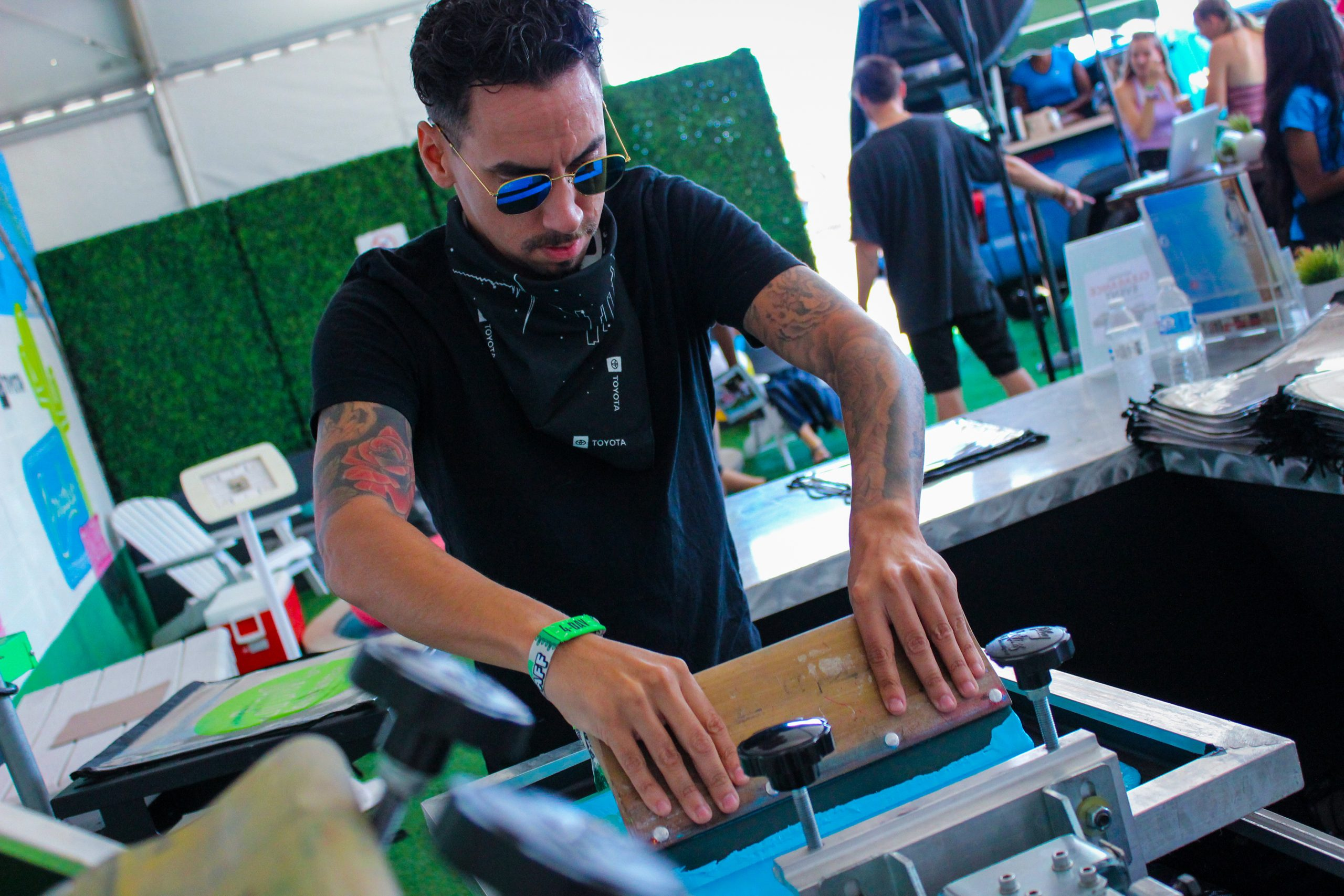 Los Angeles Company Hits Big With Live Screen Printing … to the Tune of 7,000 Shirts a Day